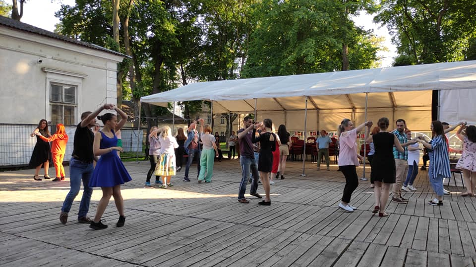 У Франківську стартував сезон танцювальних вечорів у палаці Потоцьких (ВІДЕО)