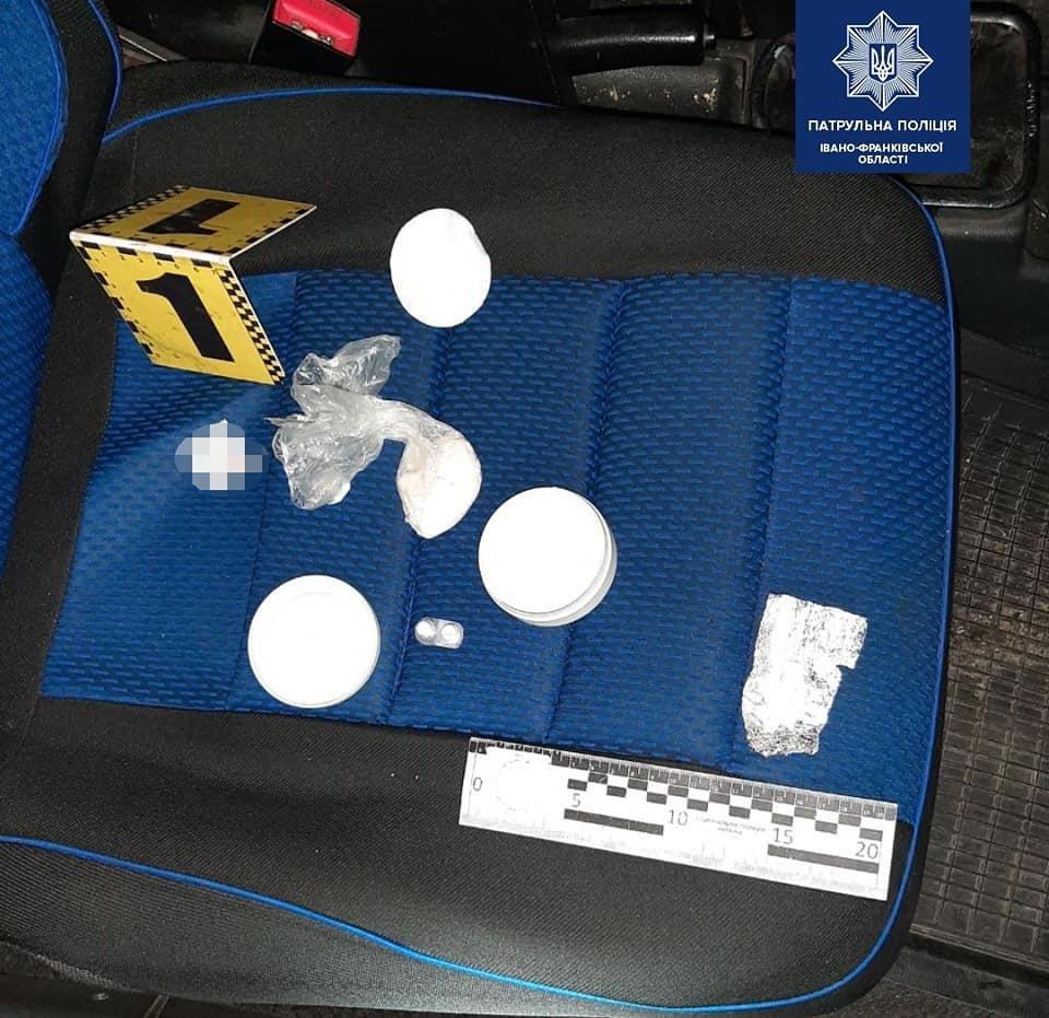 У Франківську спіймали водія під наркотиками, а у пасажира виявили заборонену речовину (ФОТО)