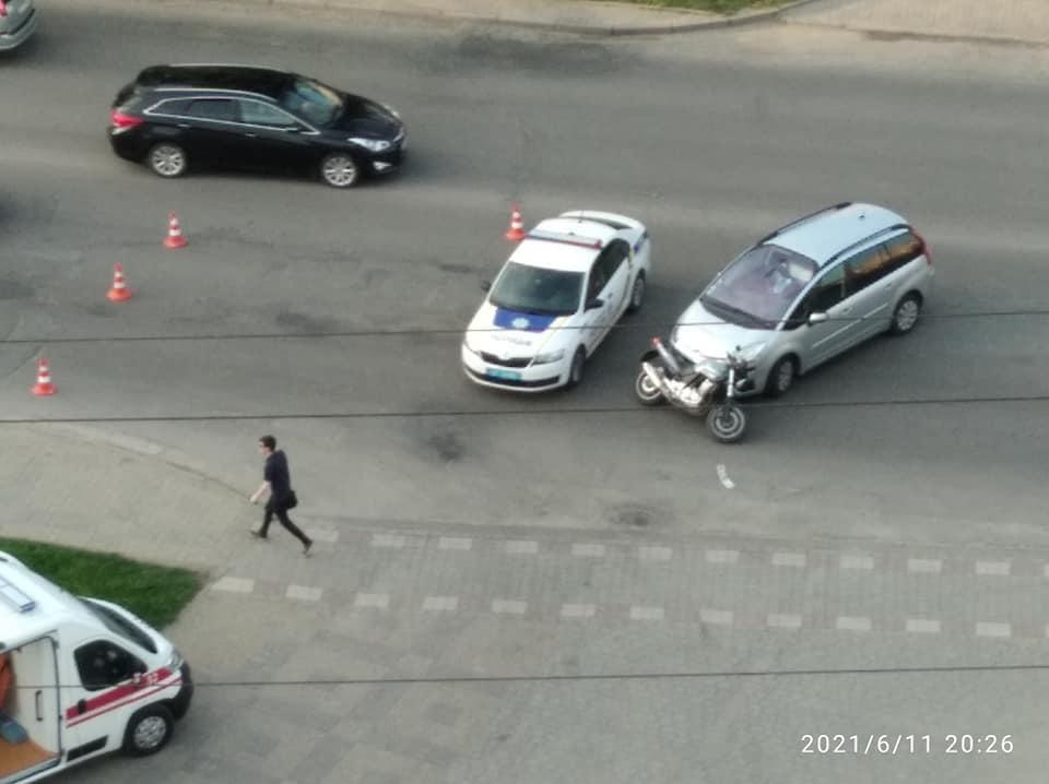 На Довженка водійка Citroen зіткнулася з мотоциклістом – його госпіталізували (ФОТО)