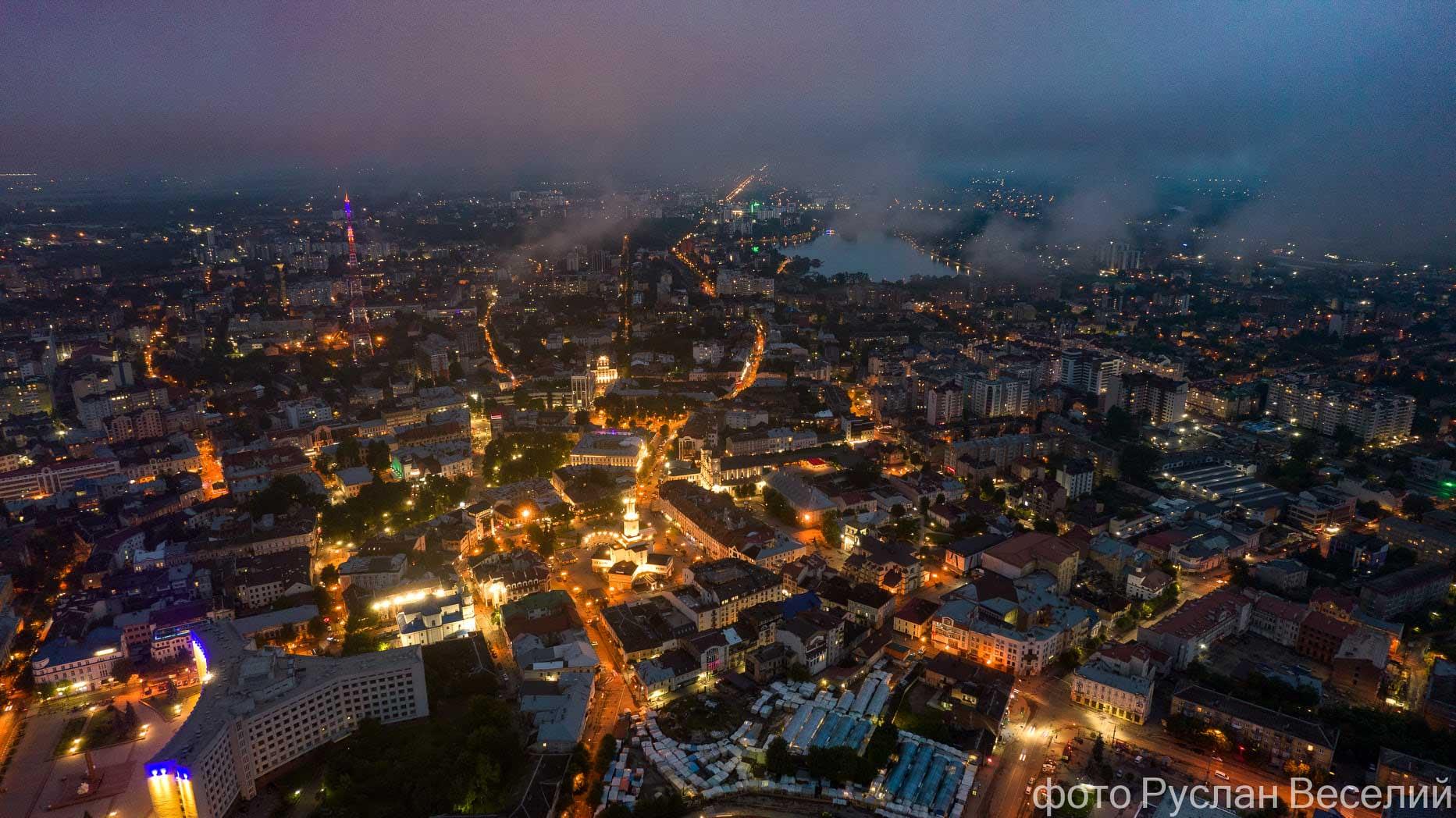 Вечірній Франківськ крізь хмари показали з висоти пташиного польоту (ФОТО)