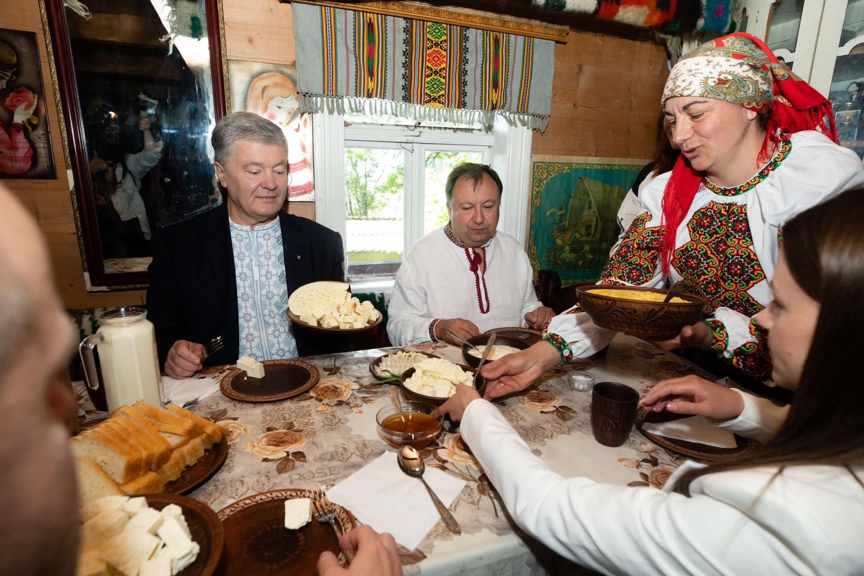 Гуцульська бринза, яку визнали в Європі: Порошенко на Прикарпатті побував у родині майстрів-сироварів (ФОТО)