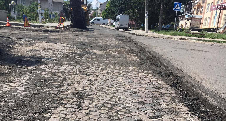 Під час ремонту дороги у Гвіздці знайшли автентичну бруківку: нею облаштують площі і сквери (ФОТО)