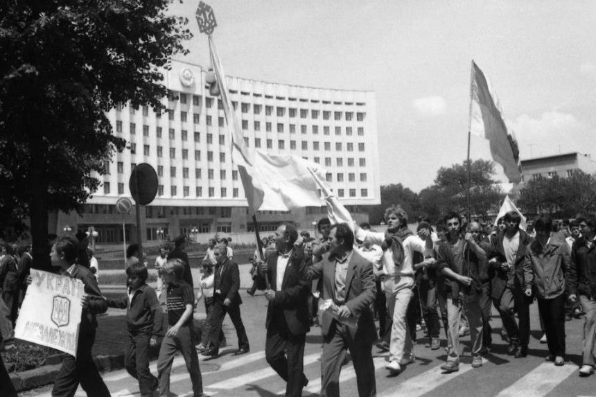 Як виглядалаперша маніфестація іванофранківців із національними прапорами у 80-х (ФОТО)