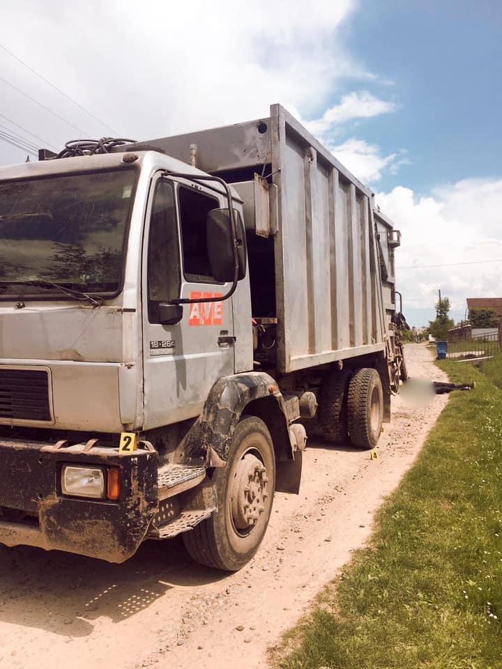На Прикарпатті під колесами сміттєвоза загинув чоловік: поліцейські встановлюють причини аварії (ФОТО)