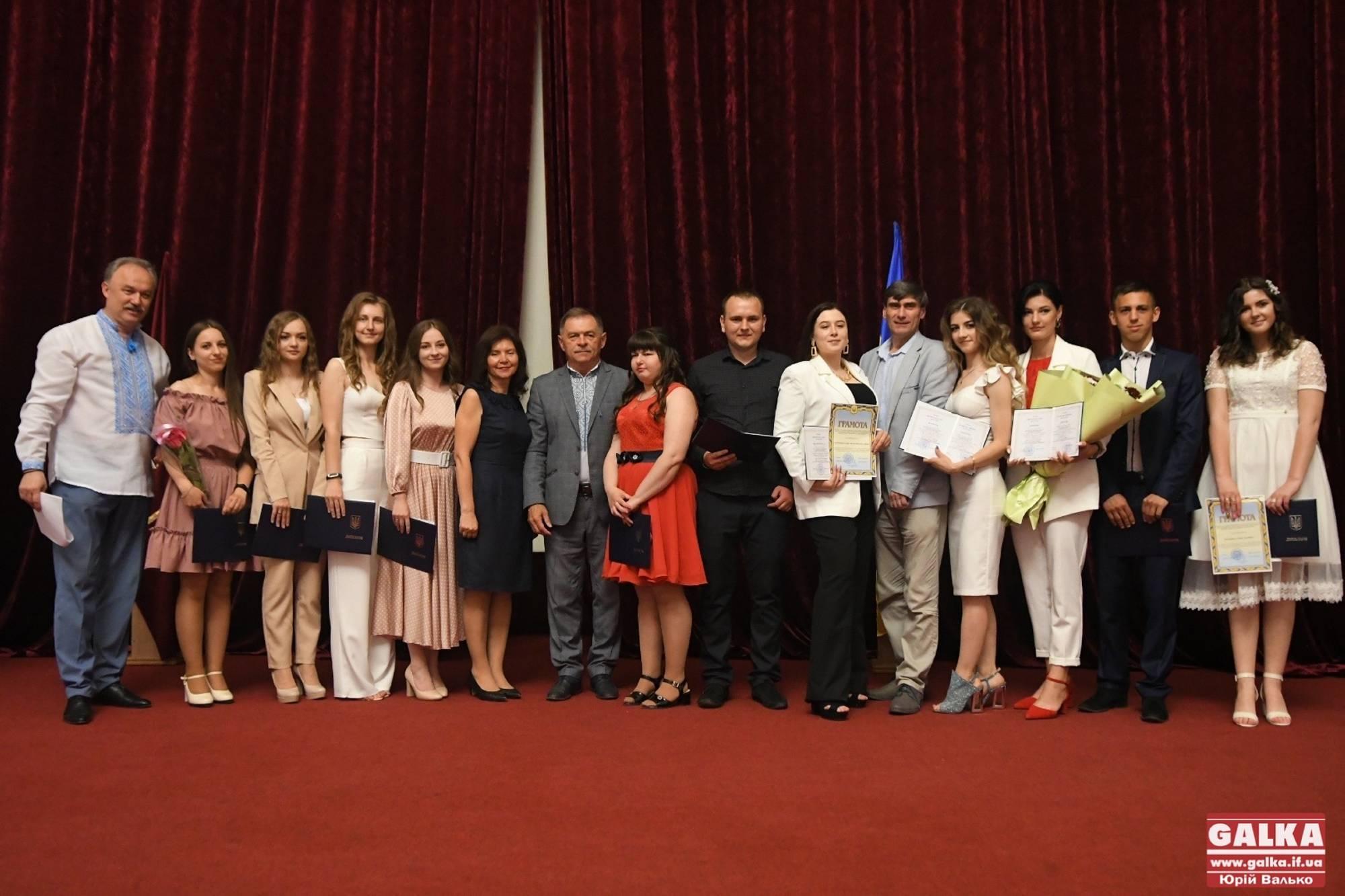 """""""Історичний день для медуніверситету"""": перші випускники нової спеціальності отримали дипломи бакалаврів (ФОТО)"""