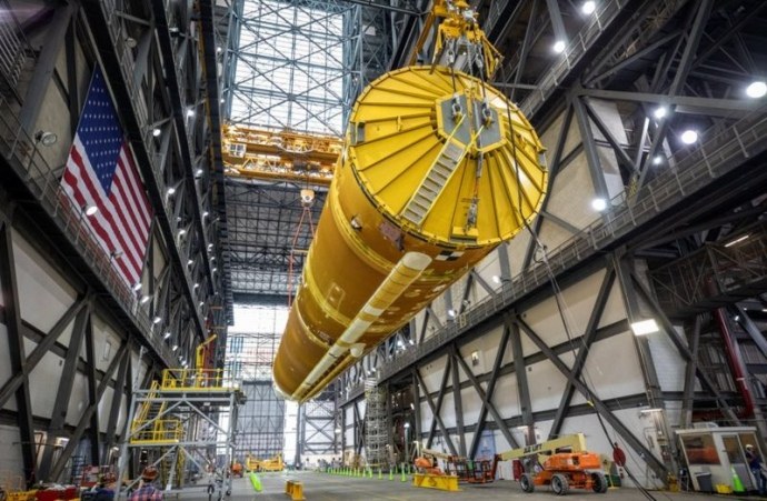 НАСА показало гігантську ракету для польоту на Місяць (ФОТО)