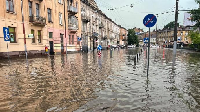 На Львів налетіла буря: потоп і повалені дерева (ФОТО, ВІДЕО)