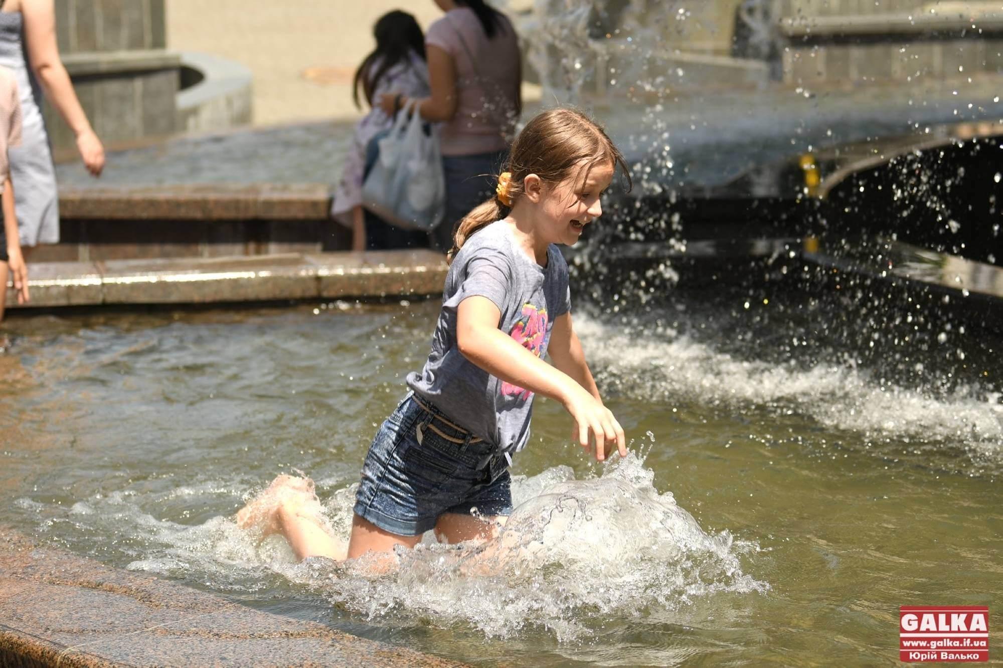 Франківці шукають порятунок від спеки поблизу фонтану, дехто – у ньому (ФОТО)
