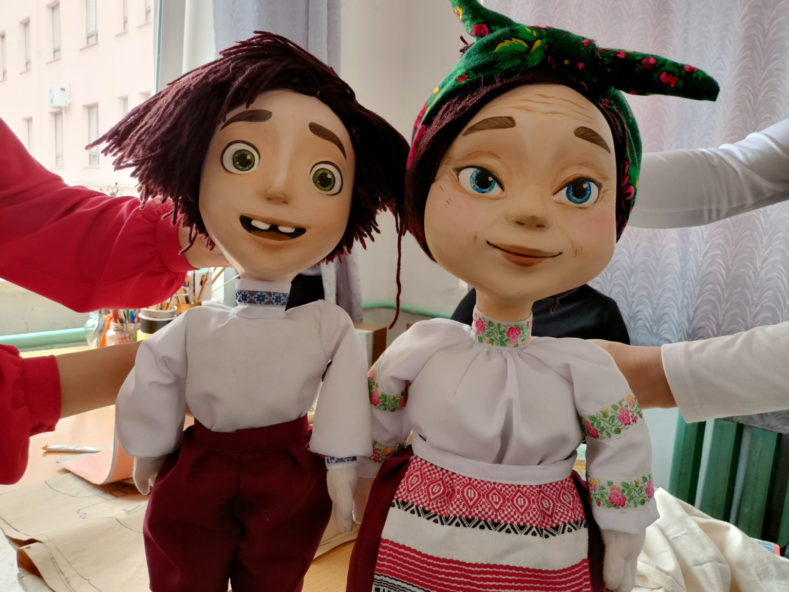 Зазирнути за лаштунки: як виготовляють героїв вистав у франківському театрі ляльок (ФОТО)