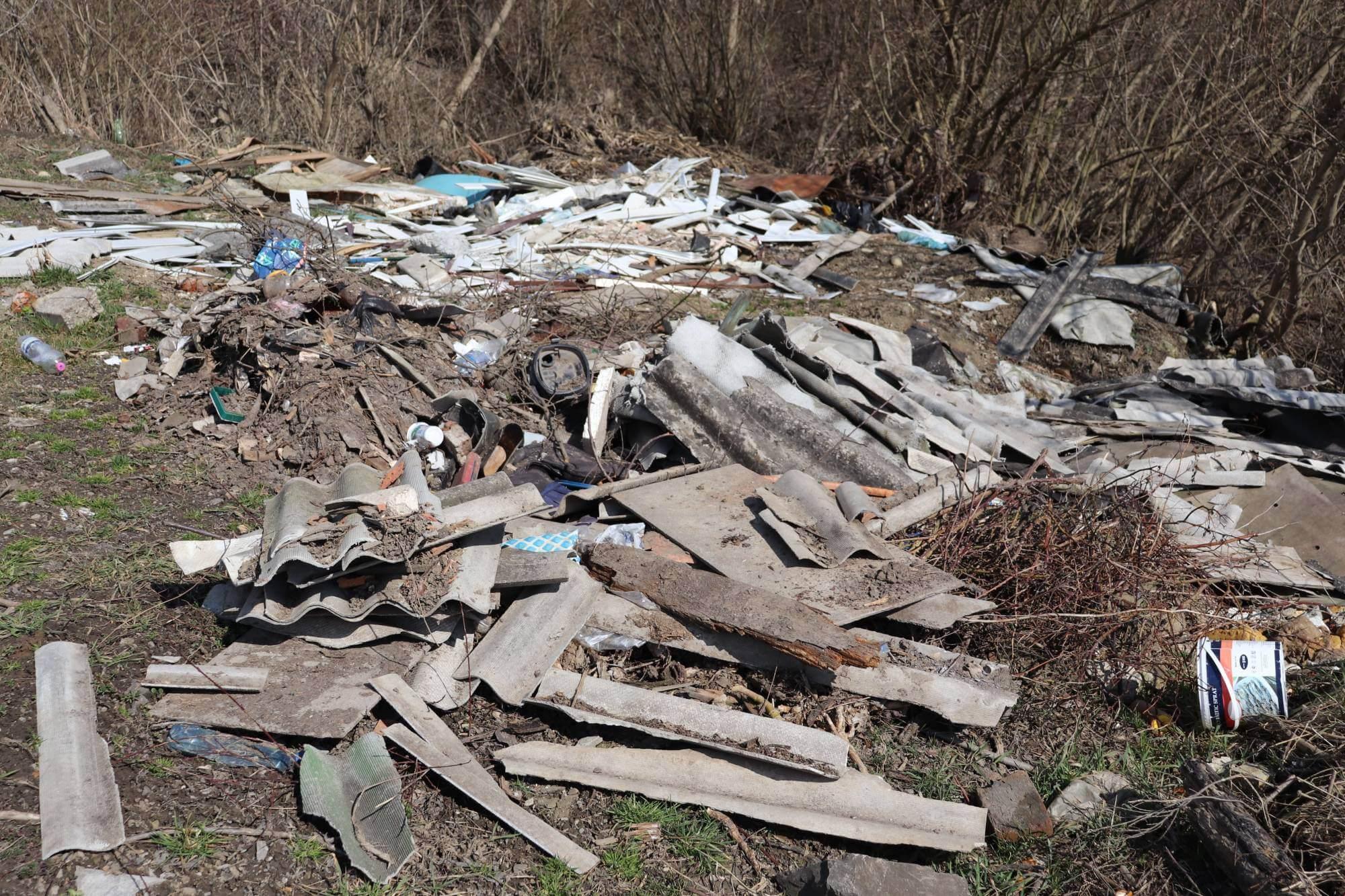 """В Ямниці люди """"відновили"""" стихійне сміттєзвалище (ФОТО)"""