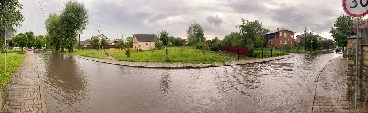 Злива на 10 хвилин підтопила десятки дворів і вулиць Франківська (ФОТО, ВІДЕО)