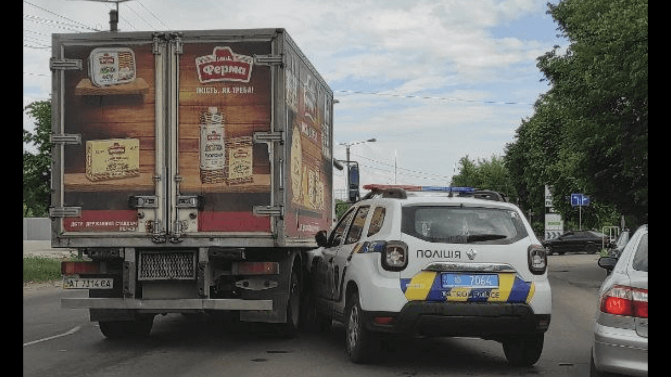 У Франківську машина патрульних в'їхала в легковик та вантажівку (ФОТО)