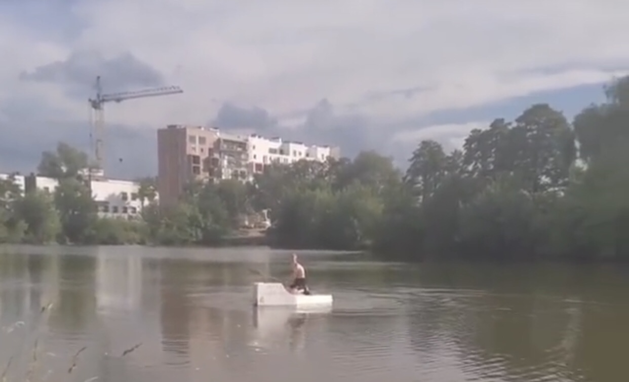 """У Франківську чоловіки плавали озером на саморобному пінопластовому """"човні"""" (ФОТО)"""