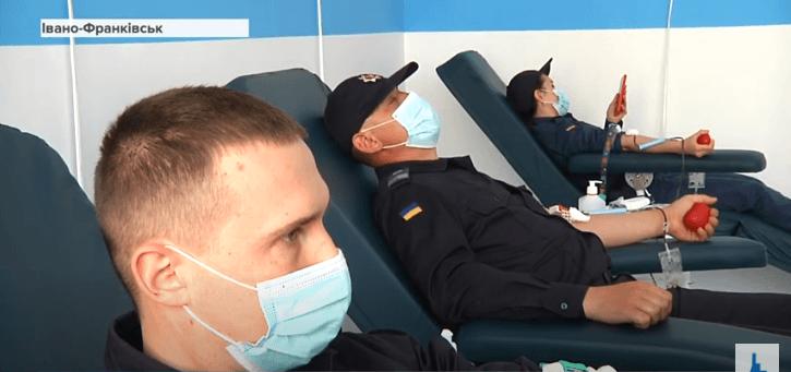 Крапля крові дарує життя: охоронці суду в Івано-Франківську стали донорами (ВІДЕО)