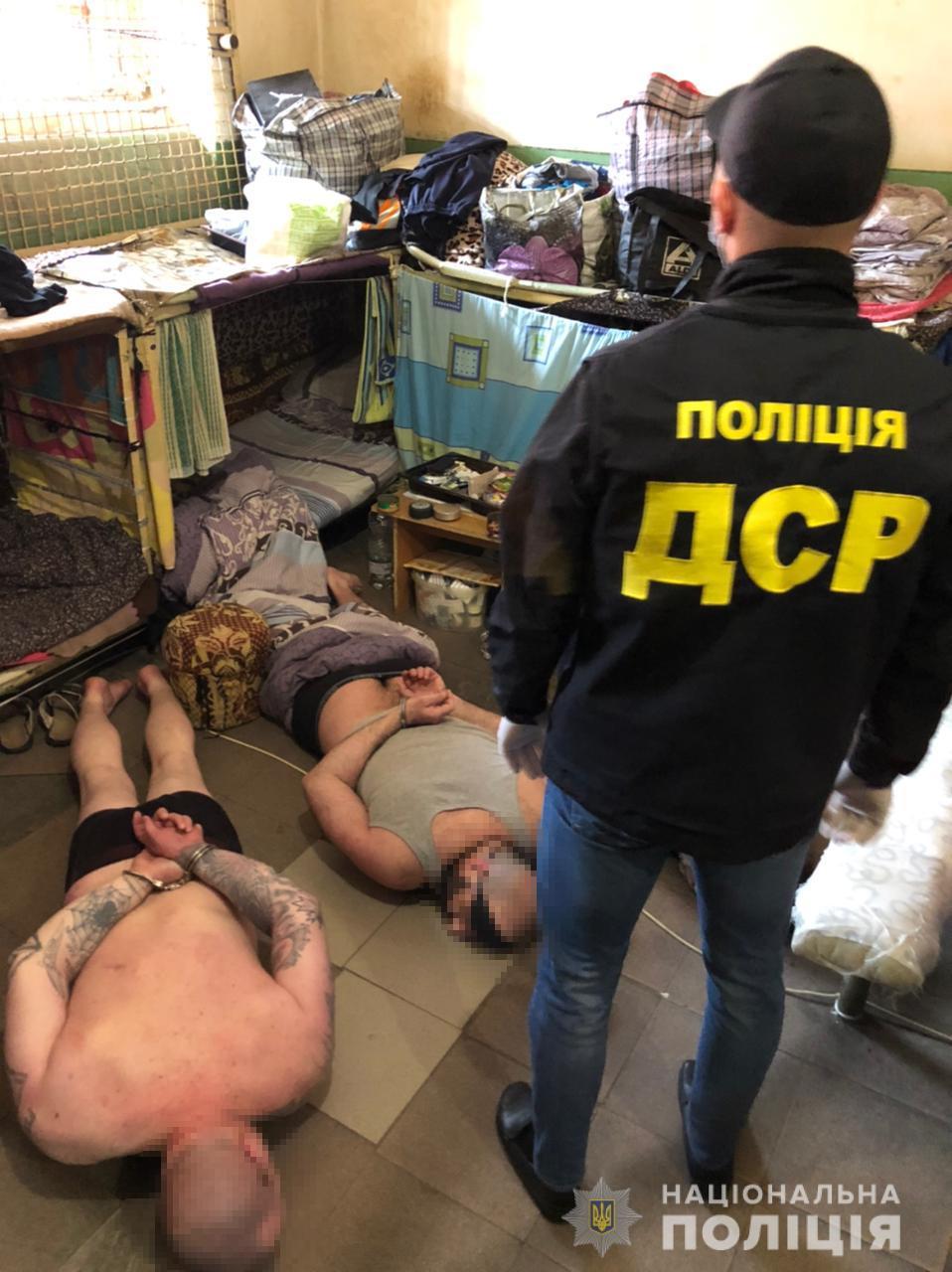 Вимагали гроші і організували наркотрафік: поліція викрила двох «смотрящих» франківського СІЗО (ФОТО)