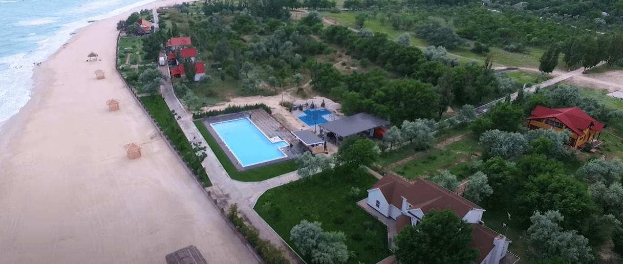 Басейн за кілька мільйонів гривень: як готують президентську резиденцію на Херсонщині до приїзду Зеленського (ВІДЕО)