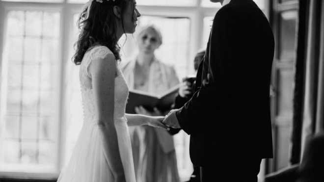 Дівчина натрапила на записку у своїй весільній сукні з секонд-хенду: зворушлива знахідка