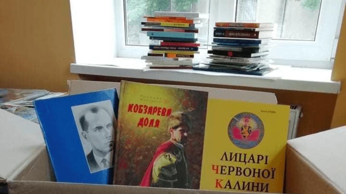 Надвірнянські пластуни передали книги для україномовної бібліотеки у Маріуполі (ФОТО)