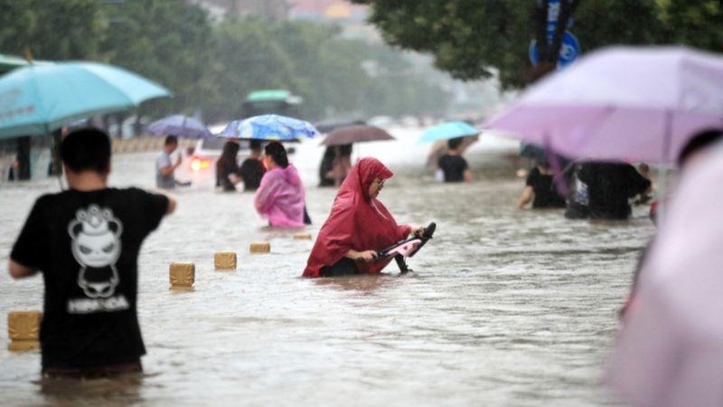 12 людей загинули внаслідок затоплення тунелю метро у китайському місті Чженчжоу