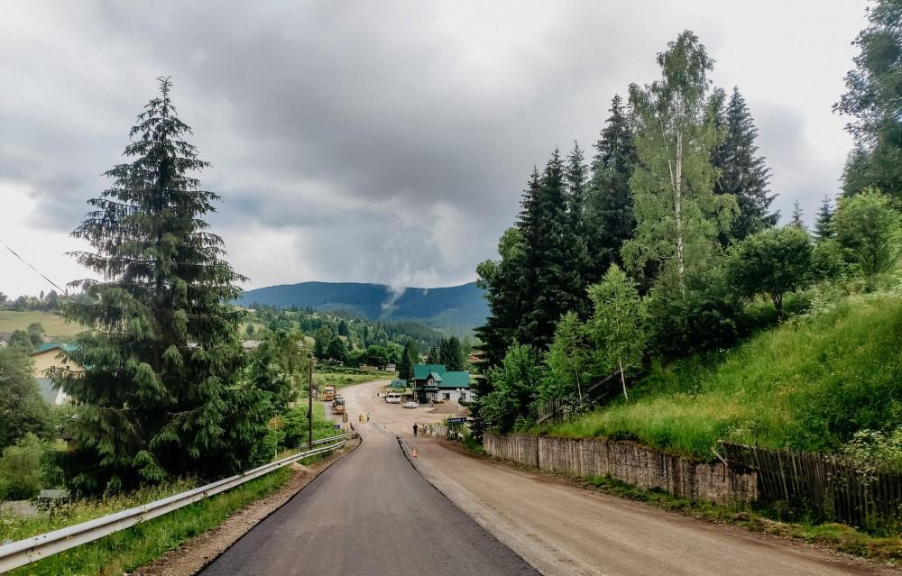 На Долинщині активно асфальтують дорогу до Торунського перевалу (ФОТОФАКТ)