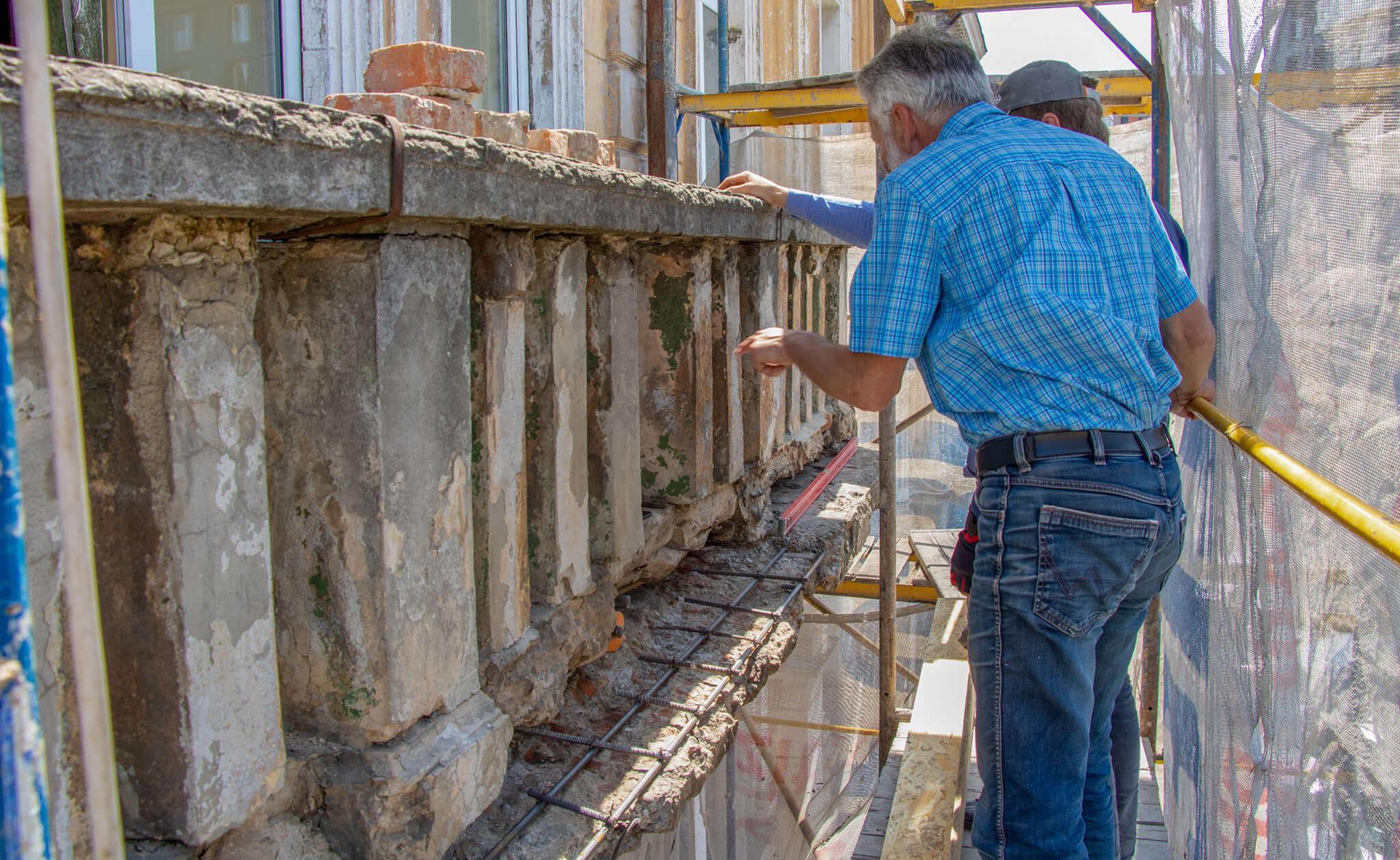 Франківці власним коштом відновлюють балкон будинку-пам'ятки на Січових Стрільців (ФОТО)