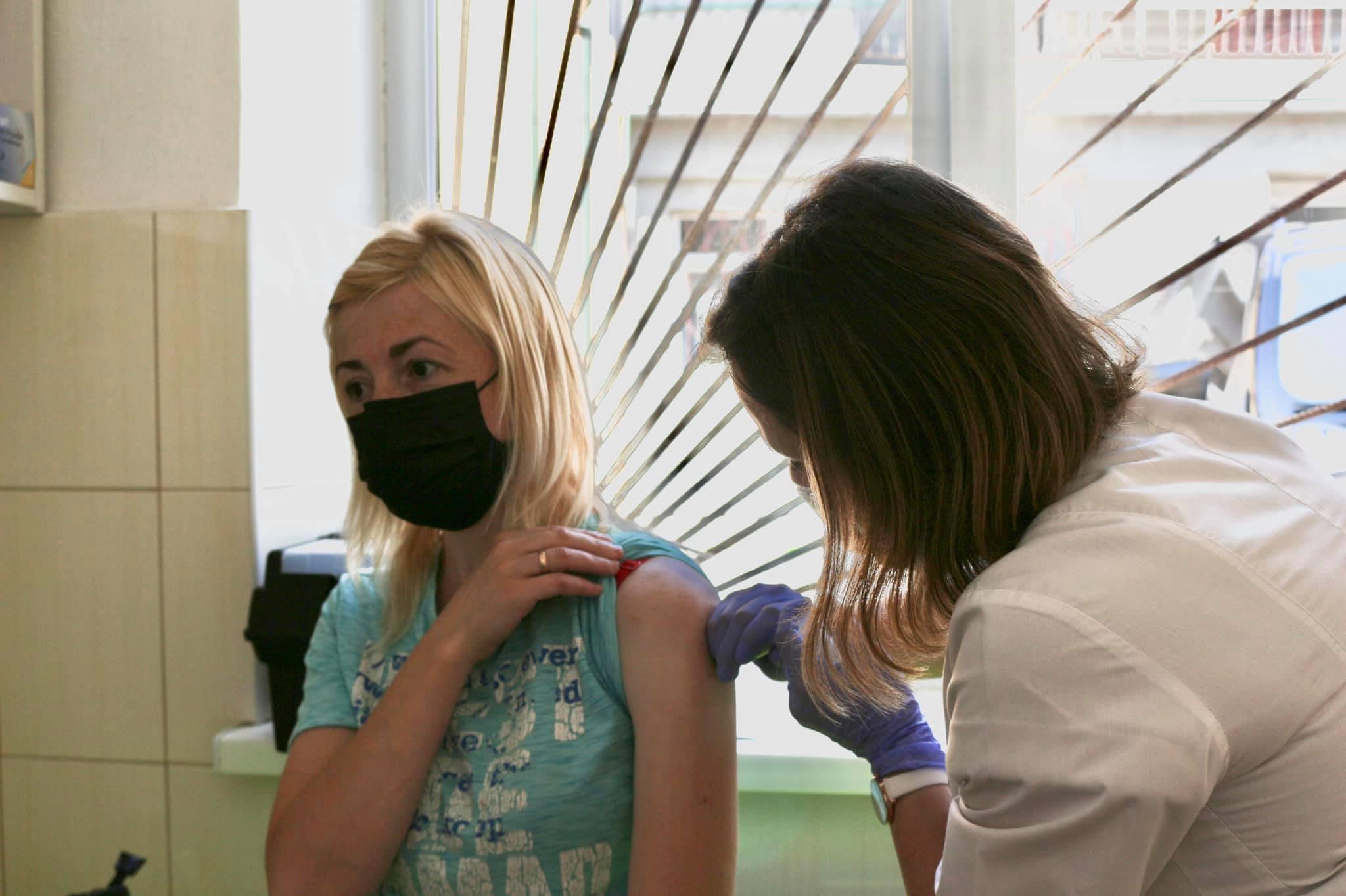 У Коломиї запрацював масовий центр вакцинації. Щепитимуть людей щодня
