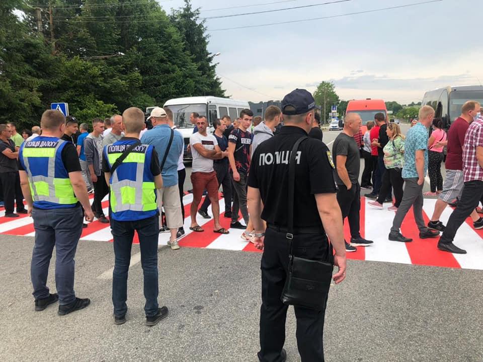 Дорога національного значення між Франківськом і Стриєм перекрита протестувальниками (ЯК ОБ'ЇХАТИ)