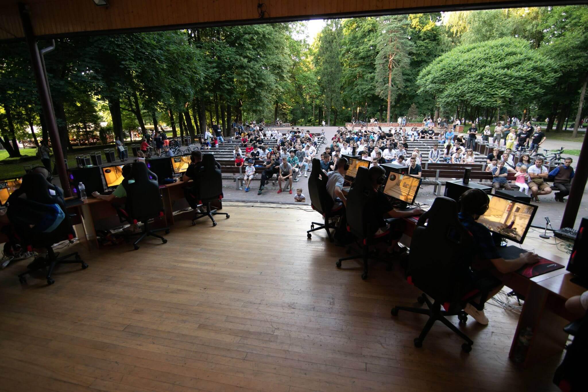 36 команд кіберспортсменів змагалися у CS:GO: фінальний бій зіграли у міському парку (ФОТО)