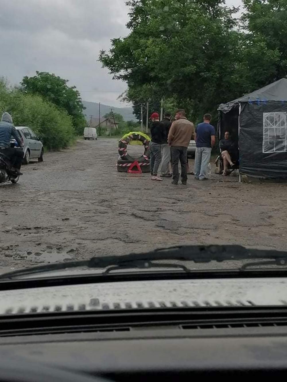 На Рожнятівщині встановили блок-пост — не пропускатимуть вантажівки (ФОТОФАКТ)