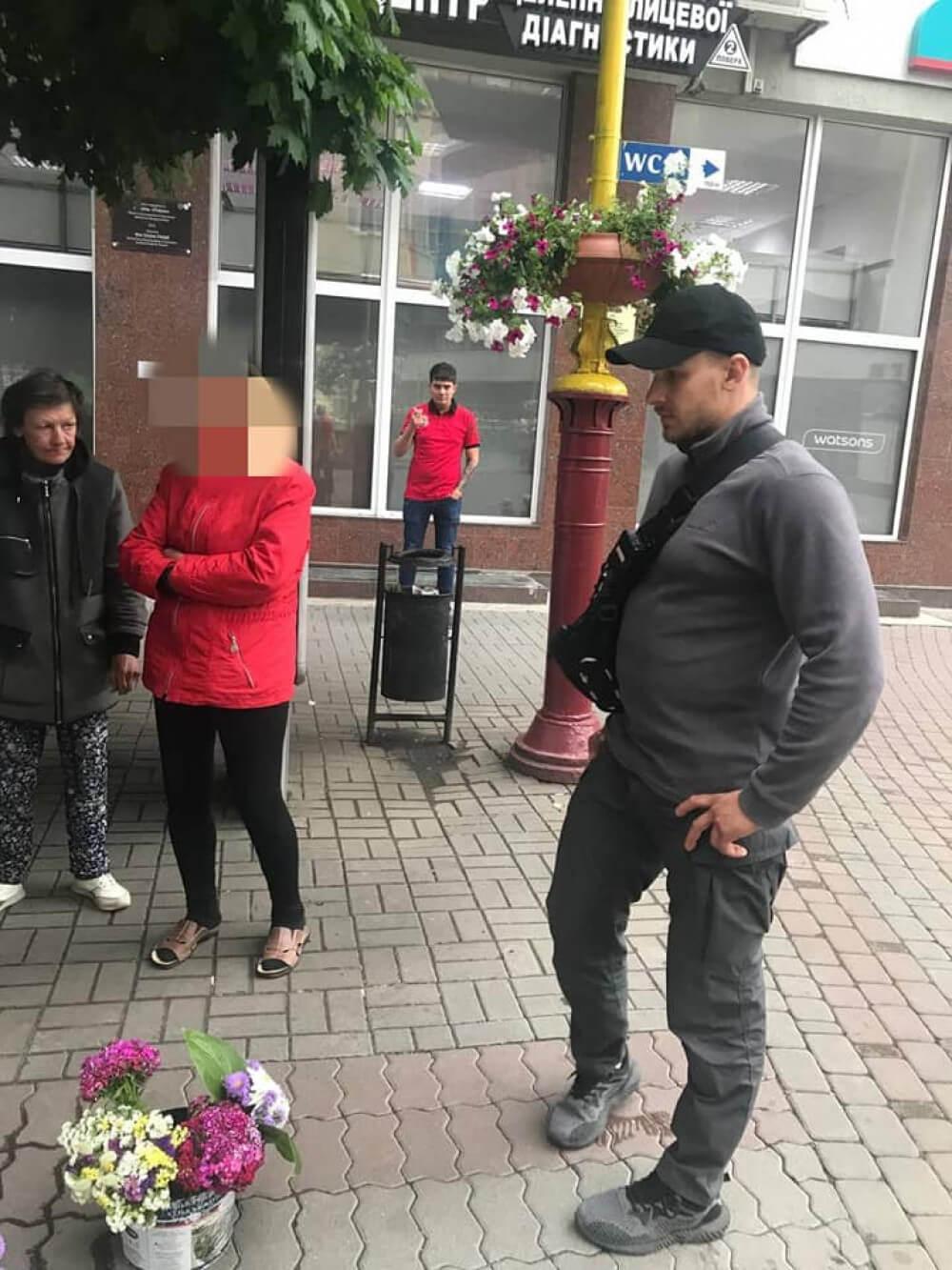 Знову крала з клумб квіти і потім продавала – у центрі Франківська муніципали оштрафували добре відому порушницю (ФОТО)