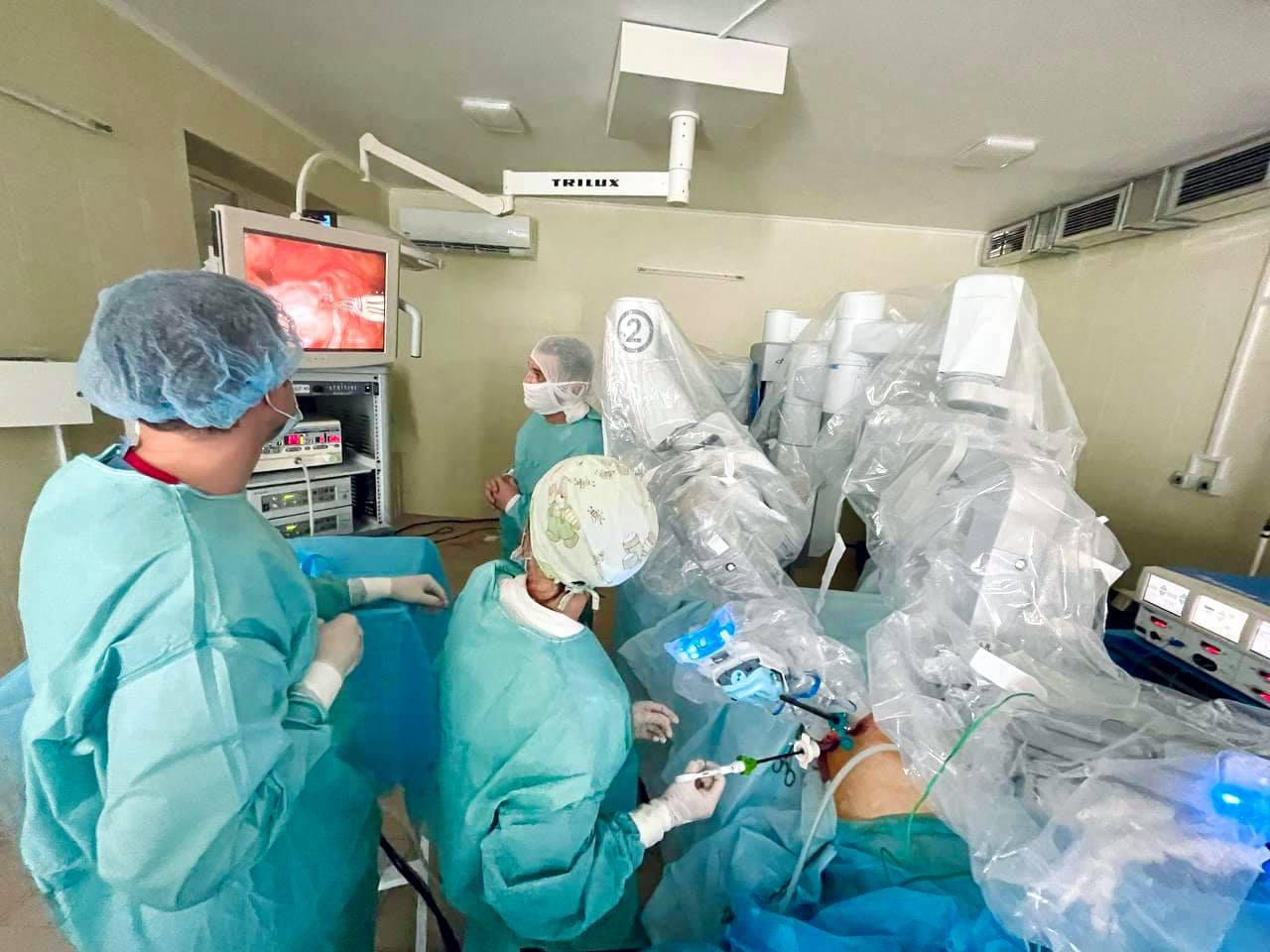 У Львові робот допоміг медикам виконати гінекологічну операцію (ФОТО)