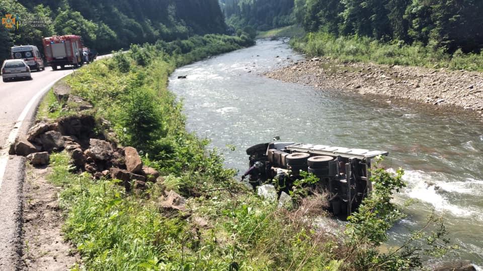 Неподалік Яремче вантажівка перекинулася в річку (ФОТО, ВІДЕО, ОНОВЛЕНО)