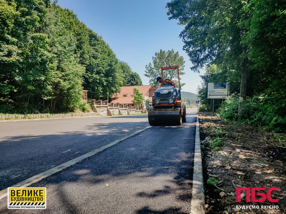У Яремче ремонтують тротуари вздовж дороги національного значення (ФОТО)