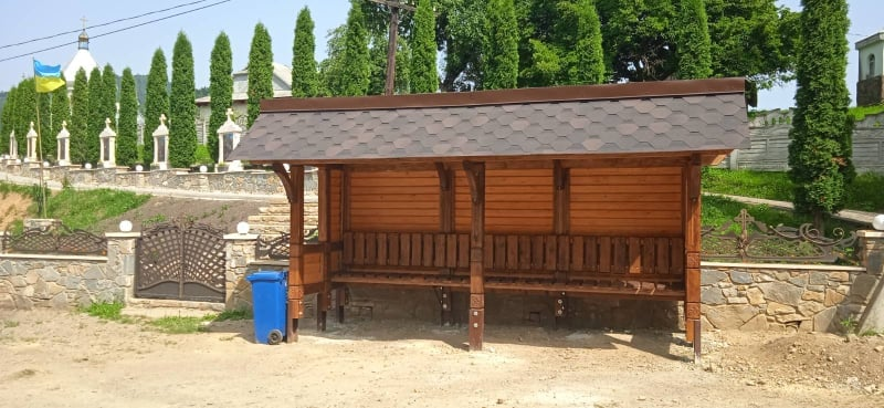 На Косівщині встановили дерев'яну зупинку, яку виготовили студенти (ФОТО)