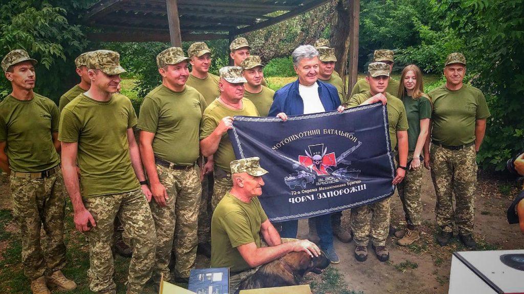 Порошенко привіз в Авдіївку комплект відеорозвідки для 72-ої бригади (ФОТО, ВІДЕО(