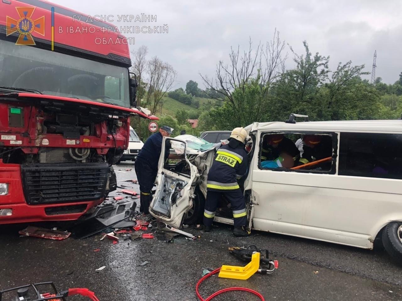 У Делятині зіткнулися вантажівка та мікроавтобус: водій і сім пасажирів у лікарні (ФОТО, ДОПОВНЕНО)