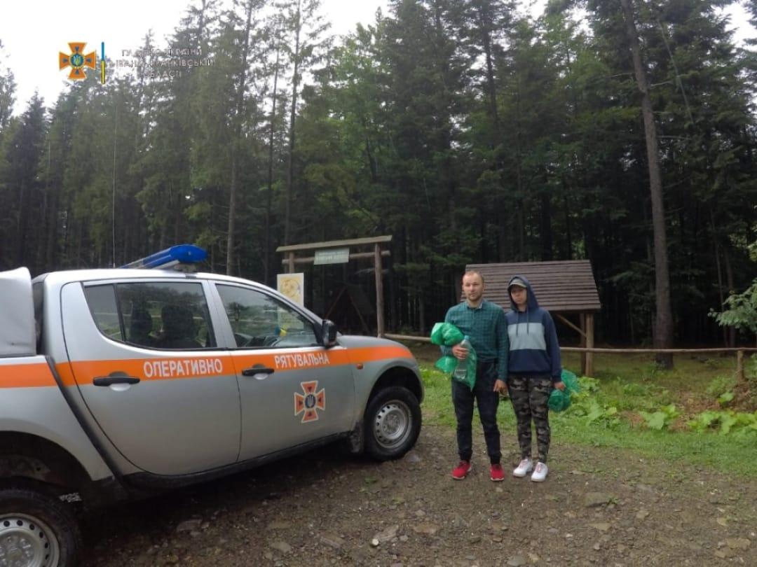 На Манявському водоспаді врятували двох туристів, котрі застрягли через високу воду (ФОТОФАКТ)