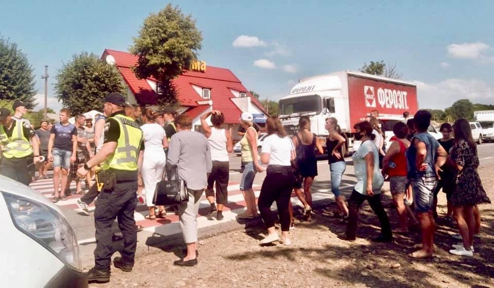 """На Коломийщині """"на зебрі"""" збили 12-річну дівчинку – розлючені селяни перекрили дорогу (ФОТО)"""