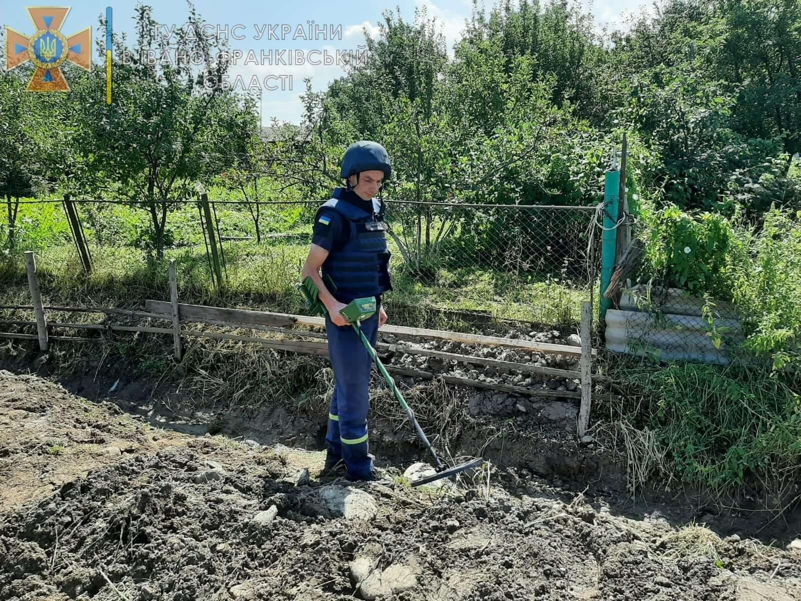 На Надвірнянщині виявили і знищили дві гранати і артснаряд часів ІІ Світової (ФОТО)