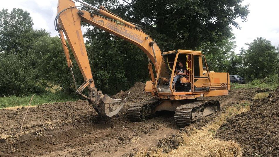 У селі на Калущині вода знищила 300 метрів дороги: новий шлях люди прокладають через власні городи (ФОТО, ВІДЕО)