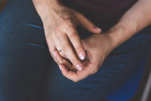 Вночі у франківську рятувальники звільняли палець жінки від обручки
