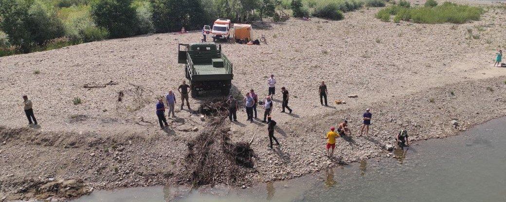 Дістають гілля і сміття. У Франківську очищують річку, в якій потонули люди (ФОТО)