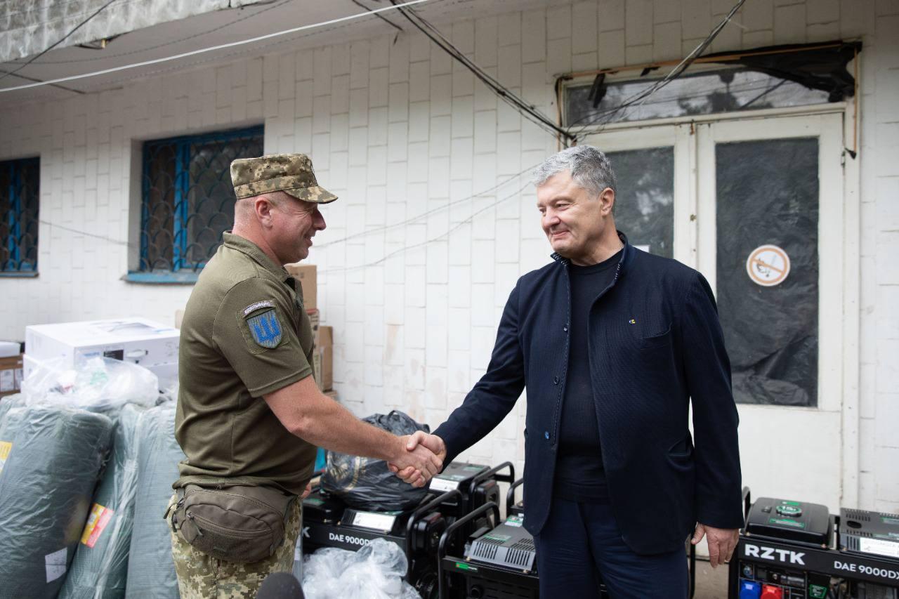 Порошенко у річницю визволення Слов'янська і Краматорська привіз на передову обладнання та вшанував українських героїв (ФОТО)