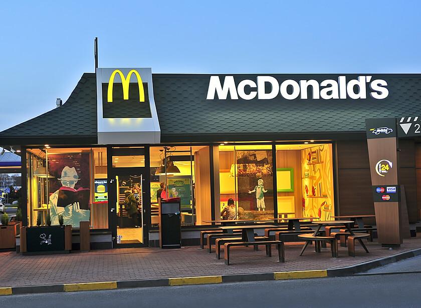 Жінка дві години тікала від поліціянтів на краденій автівці, поки не захотіла наггетсів у McDonald's