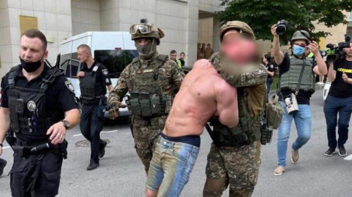 У Києві чоловік підстрелив двох людей і забарикадувався, після штурму його затримали (ФОТО, ВІДЕО)