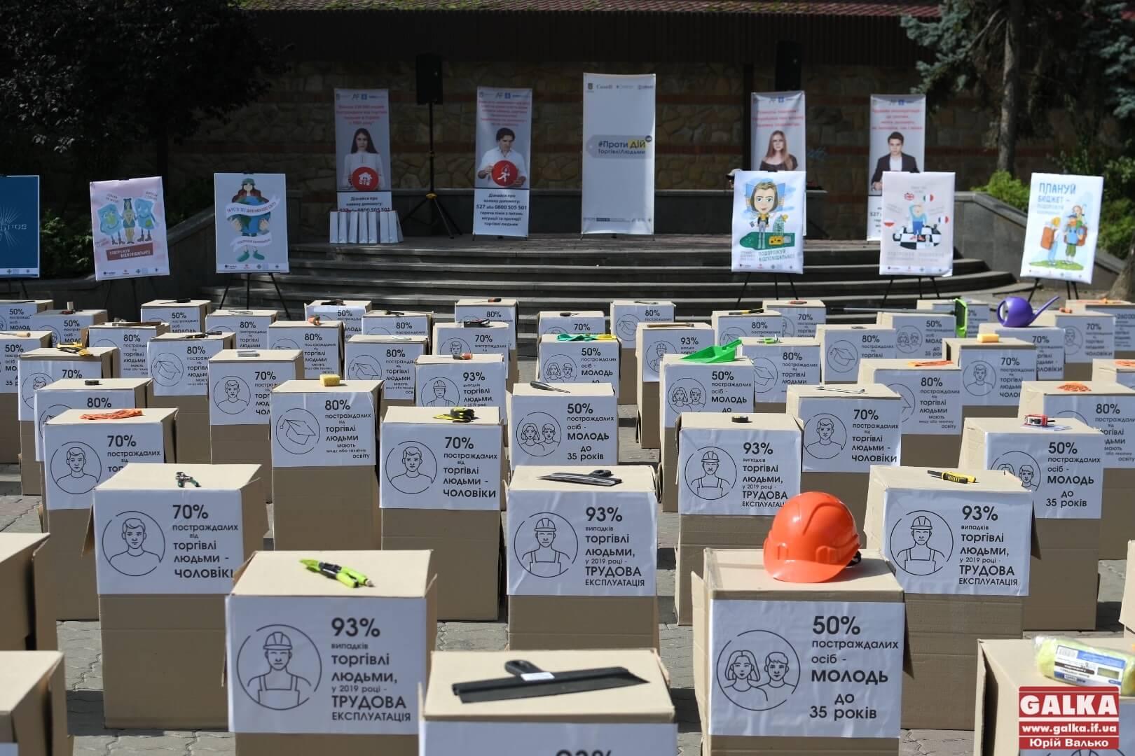 У центрі Івано-Франківська встановили інсталяцію, аби допомогти людям не потрапити в рабство (ФОТО)