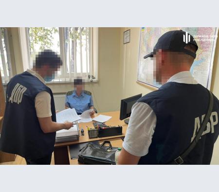 ДБР підозрює митну інспекторку з Прикарпаття у завданні збитків державі (ФОТО)