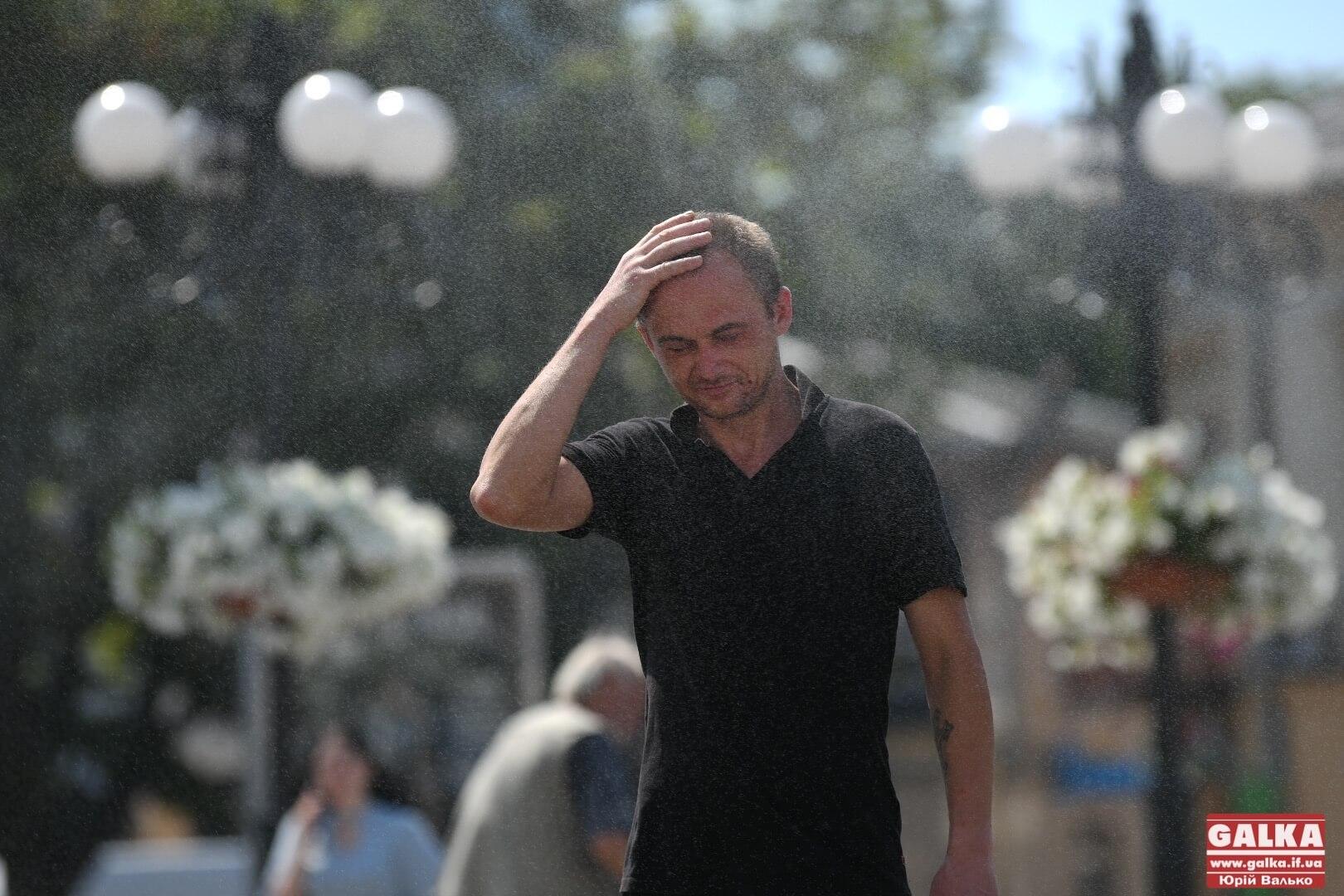 Порятунок у спеку: як франківці тішаться зволожуючій парасольці під Ратушею (ФОТО)