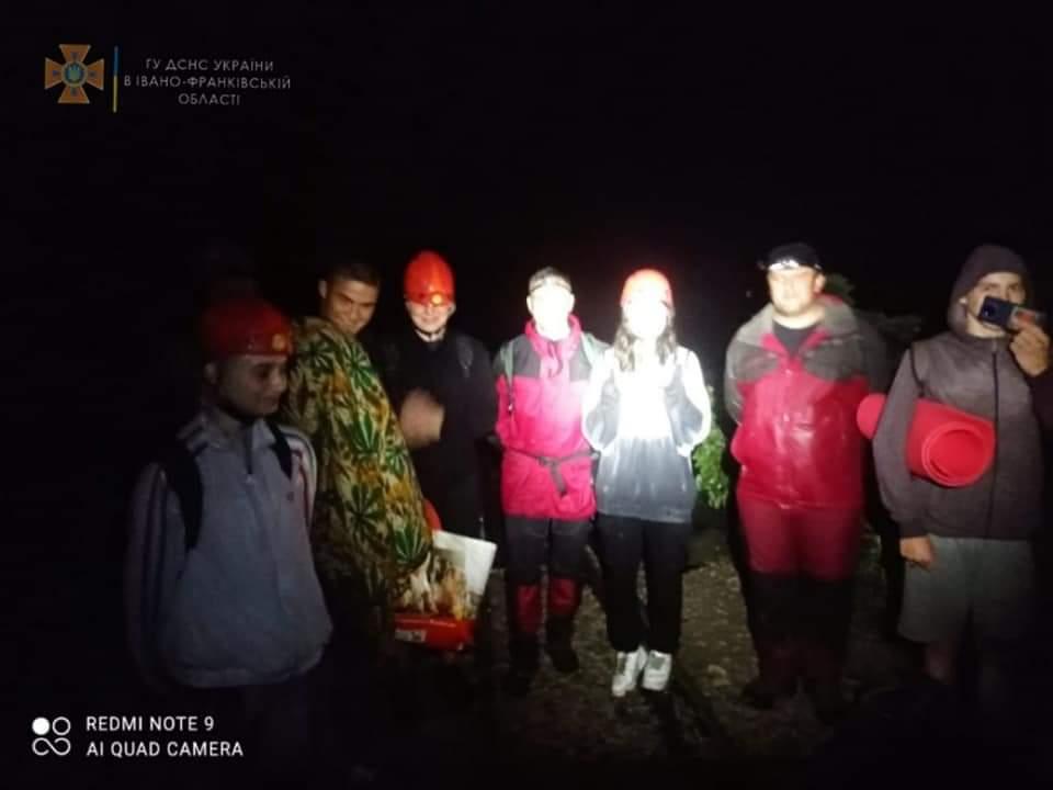 Вночі в Карпатах врятували п'ятьох туристів (ФОТО)