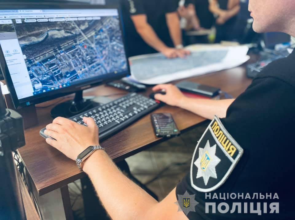 """Як на Прикарпатті поліціянти ловили """"зловмисників"""" і рятували """"заручника"""" (ФОТО)"""